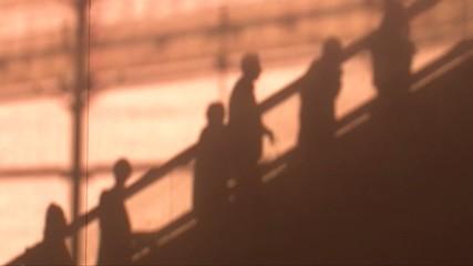 Ombre de personnes sur un escalator