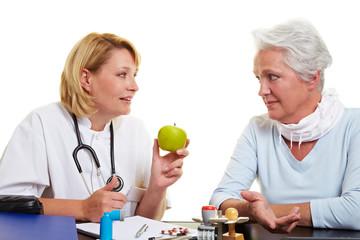 Ärztin empfiehlt Seniorin Apfel