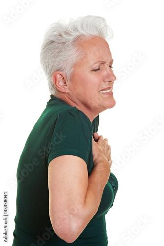 Seniorin mit Herzschmerzen