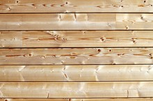 Mur de chalet en madriers de bois blanc