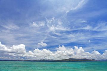 爽やかに晴れ渡る空と海