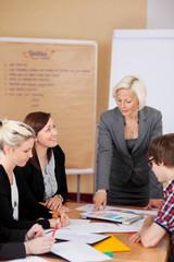 arbeitsgruppe im besprechungsraum