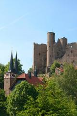 Kirche in Rimbach mit Burg Hanstein