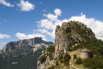 roca y ermita, montaña, pirineos