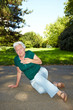 Herzkranke Seniorin im Park