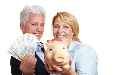 Frauen halten Sparschwein und Geld