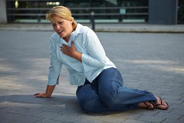 Atmenlose Frau auf Bürgersteig
