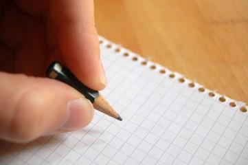 Hand schreibt mit kleinem Stift