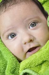Bebé envuelto en toalla.