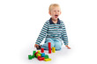 Kleinkind beim Spielen mit bunten Bausteinen