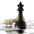 Schachfiguren - schwarze und weiße Damen auf dem Schachbrett