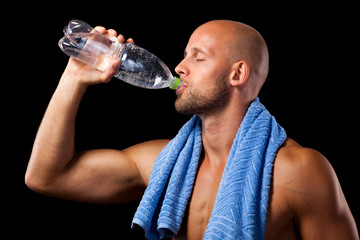 Sportler beim Wassertrinken