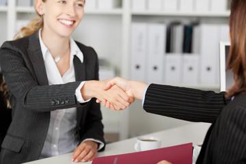 handschlag beim bewerbungsgespräch