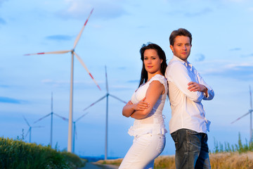 Powerpaar vor Windrad im Sommer