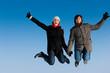 Paar springt an einem Wintertag