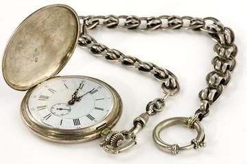 Taschenuhr aus Silber mit Kette