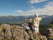 Seniorin auf Berggipfel