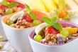 Gefüllte Müslischalen mit frischen Früchten