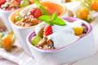 Biomüsli mit Naturjoghurt und frischen Früchten