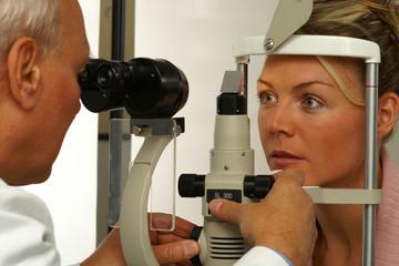 Junge Frau beim Augenarzt