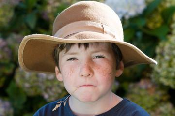 enfant au chapeau