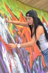 Portrait d'un modèle  avec un fond de graffiti