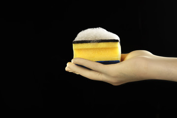 mano con guante de latex con esponja con espuma en fondo aislado