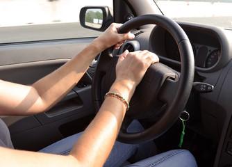 mani sul volante, guidare