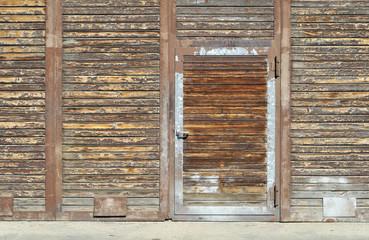 Holztor mit alter verwitterter Farbe und Tür