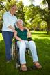 Frau mit behinderter Mutter im Park
