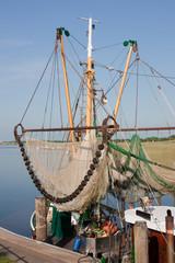 Krabbenkutter mit Fangnetzen in Greetsiel, Ostfriesland