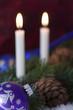 Weihnachtskugel mit zwei Kerzen