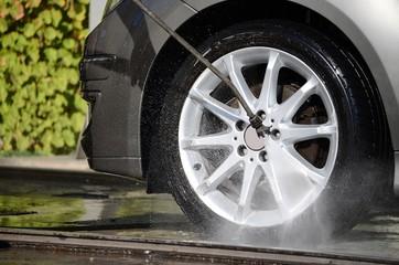 Lavaggio cerchione automobile
