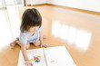 絵を描いて遊ぶ女の子