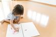 お絵描きして遊ぶ女の子