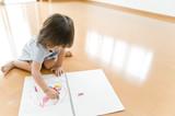 Fototapety お絵描きして遊ぶ女の子