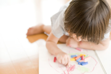 お絵描きする女の子のアップ