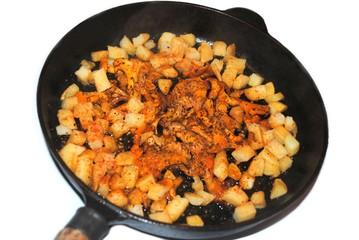 ein Pfannengericht kochen