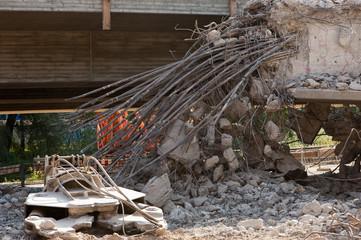 Durchtrennte Stahlseile bei einer Brückensanierung