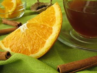 Schwarztee mit Orangen und Zimt