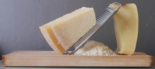 Grattugiare il formaggio stagionato italiano
