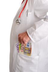 Arzt steckt Geld in die Tasche