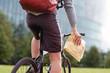 Leinwanddruck Bild - Fahrradkurier überbringt eilige Sendung