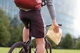 Fahrradkurier überbringt eilige Sendung