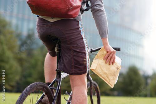 Leinwanddruck Bild Fahrradkurier überbringt eilige Sendung