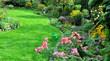 Blühender Herbstgarten mit Gießkanne