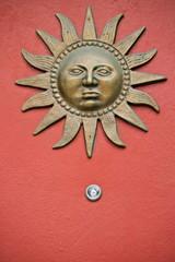porta con il sole sopra lo spioncino