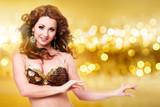 wunderschöne orientalische Tänzerin vor glitzerndem Hintergrund
