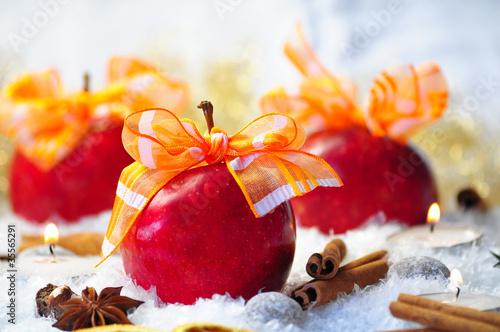 Knackig rote Äpfel im Schnee