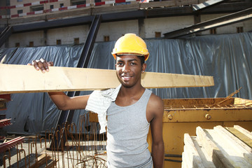 giovane operaio con sorriso